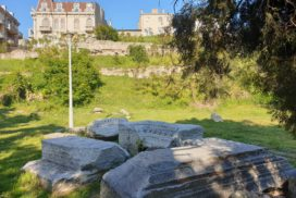 Ruinele edificiului portuar Tomis și Casa cu lei a lui Berindei pe fundal
