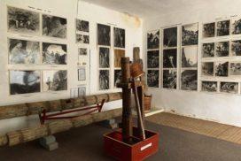 """Interiorul muzeului mineritului - colecția de fotografii """"Aurarii"""" a lui Bazil Roman"""