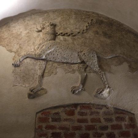 Ghepardul din Sala cu grifoni din Muzeul orașului Oradea