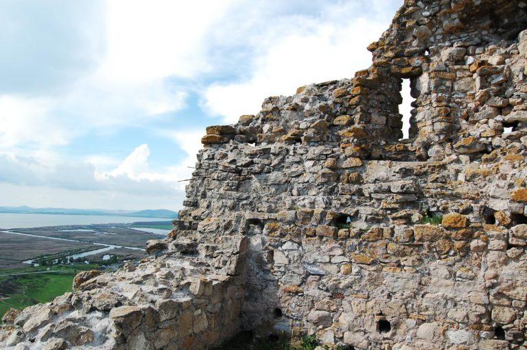 Ruinele zidurilor de la Enisala
