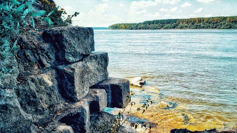 Zidurile cetății Păcuiul lui Soare se pierd în Dunăre