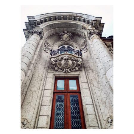 Balconul cu ornamente bogate și cu monograma proprietariului: Herman Spayer