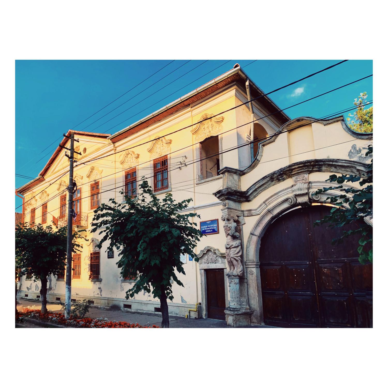 Casa Karatsony - fațada și poarta cu atlanți
