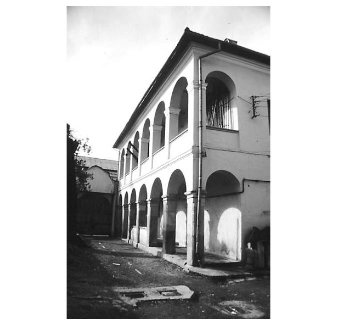 """Vedere curte interioară Casa Karacsonyi - Sursa: """"Armenopolis. Oraș baroc"""" de Virgil Pop"""