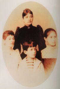 1889 Craiova - Maria Titulescu împreună cu copiii săi: Cornelia, Paula și Nicolae
