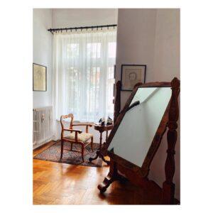 Dormitorul doamnei Marina Costescu - oglinda și fotoliul în stil empire