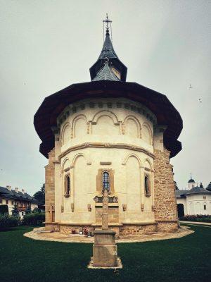 Fațada de est a bisericii de la Putna