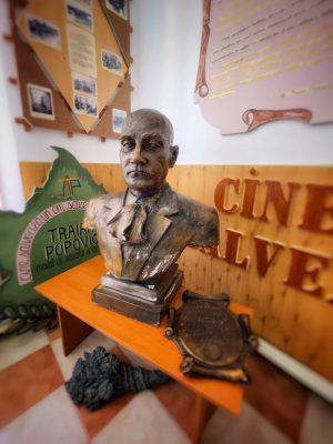 """Muzeul închinat lui Traian Popovici în școala """"Traian Popovici"""" din sat"""