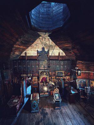 Interiorul bisericii din satul Colacu, comuna Fundu Moldovei