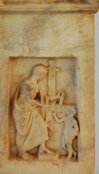 Piatră funerară cu basorelief descoperită la Histria - parte din muzeu
