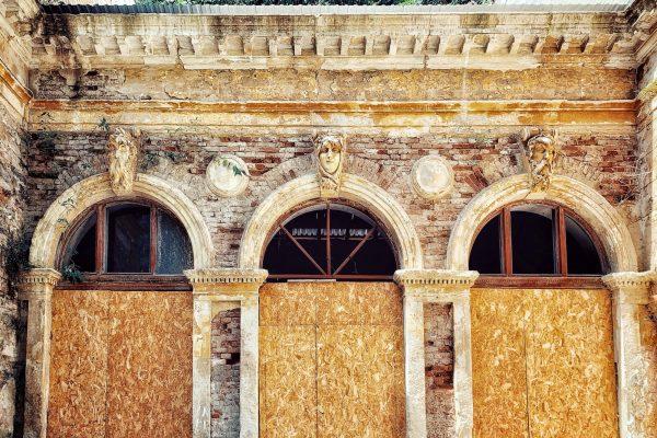 Intervenția HerculaneProject la parter pentru a sigila ferestrele lipsă