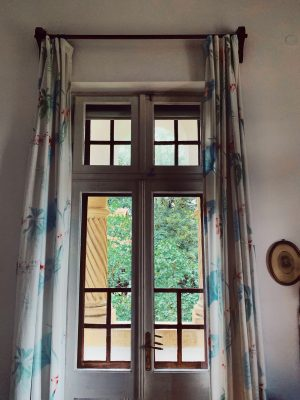 Pe fereastra camerei noastre